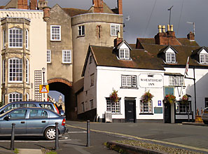 Toad Hall is located just outside the Broad Gate, part of the original city wall, on Lower Broad Street. All this comfot is located within a 3 minute walk to the center of town where you can explore the old Norman Castle, the bustling farmers market, or the grand tower of St. Lawrence Church with its spectacular view of the countryside.